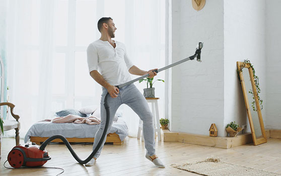 homme aspirateur nettoyage - Cosynel